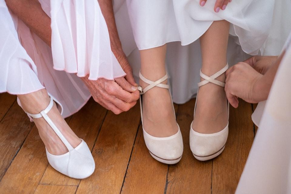 habillage de la mariée dans sa chambre au chateau