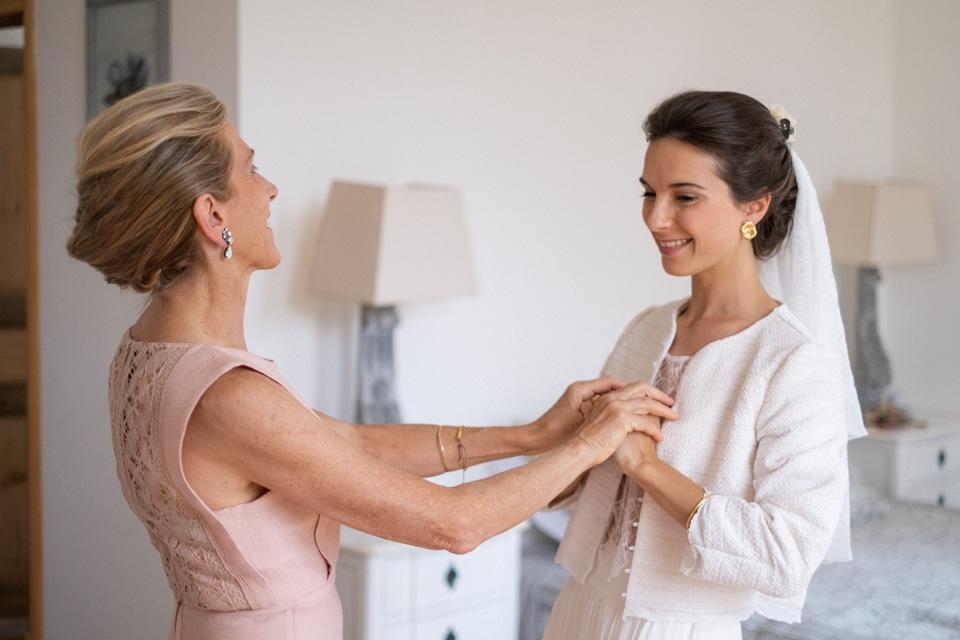 préparatifs de la mariée avec sa mère en bourgogne