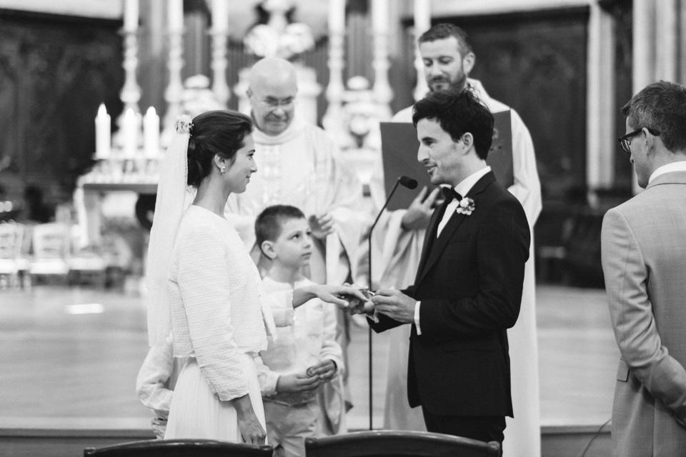 échange des alliances en noir et blanc durant la cérémonie religieuse de mariage