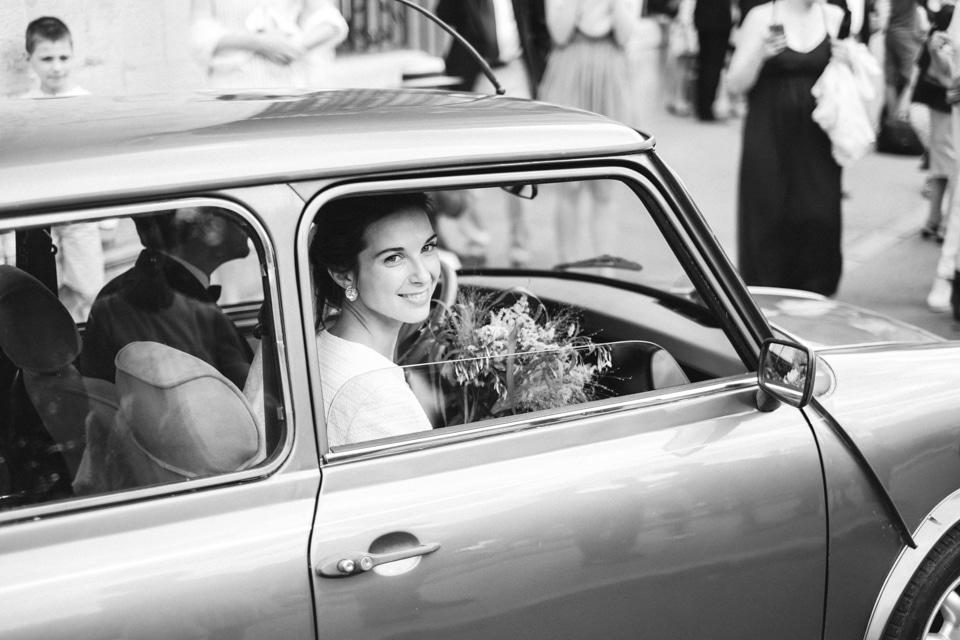 la mariée dans la voiture après la cérémonie religieuse