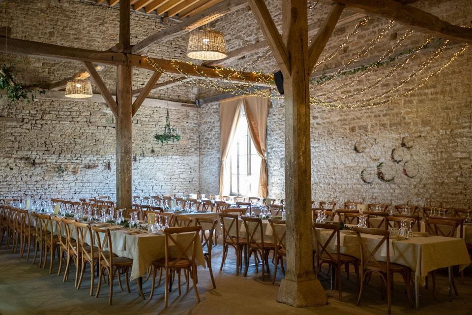 la salle de réception du chateau de barbirey dans la grange pour le diner