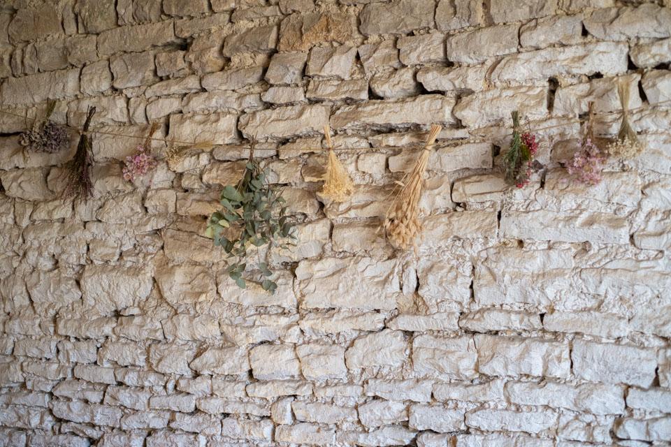 fleurs séchées sur les murs pour la décoration de la salle du diner aux jardins de barbirey