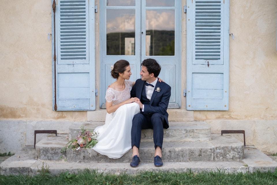 photo de couple sur les marches du chateau