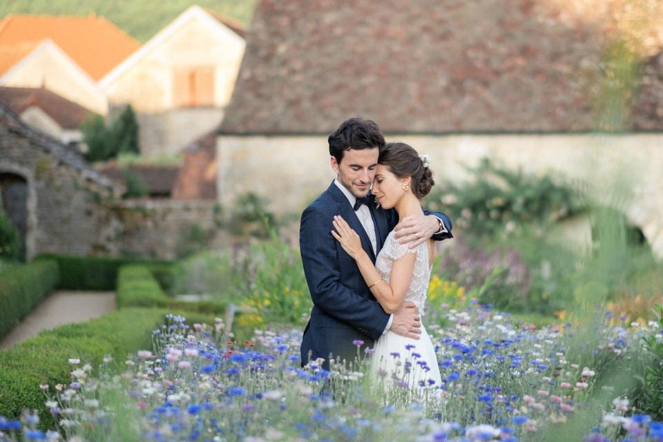 les mariés dans les fleurs des jardins de barbirey en bourgogne