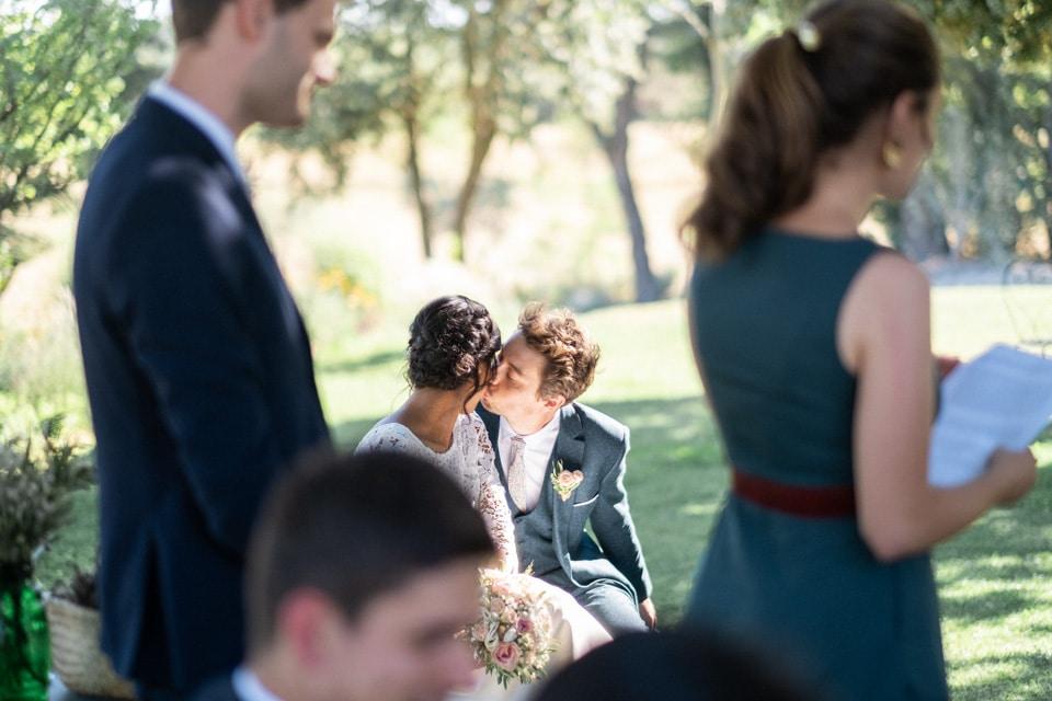 moment pris sur le vif de complicité entre les mariés durant la cérémonie