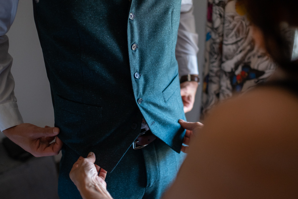 habillage du marié pendant ses préparatifs