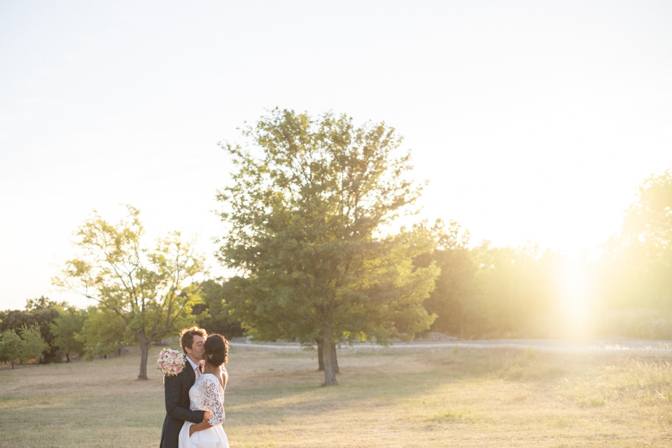 photo de couple de mariage à grignan à la golden hour