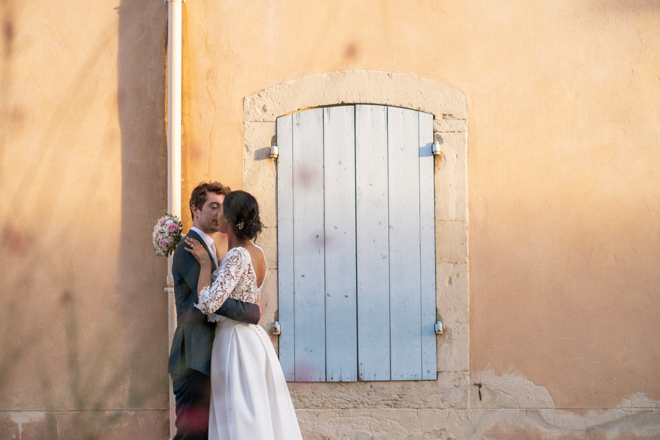 photo de couple pendant un mariage à grignan