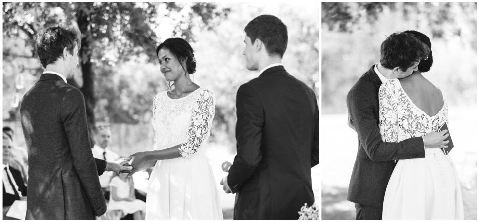 échange des alliances durant la cérémonie laïque de mariage dans la drome