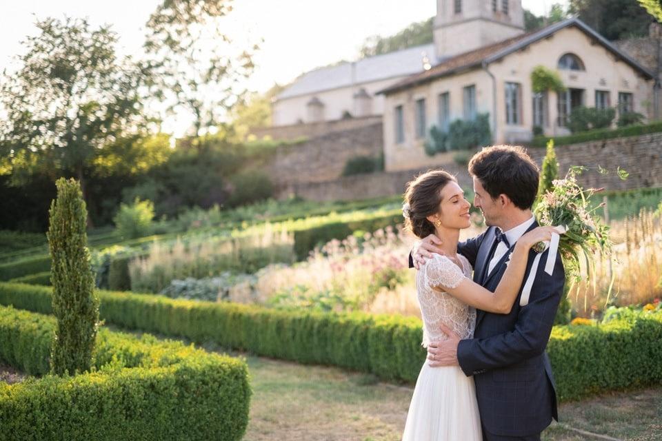 les mariés dans les jardins de barbirey au coucher du soleil
