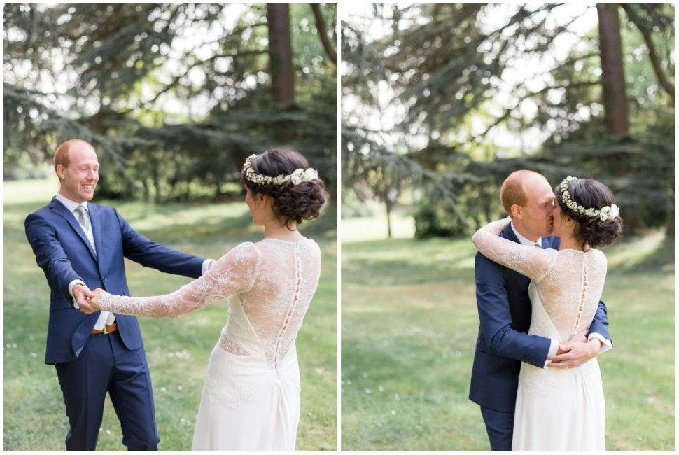 découverte des mariés dans le parc du chateau des ravatys avant la cérémonie