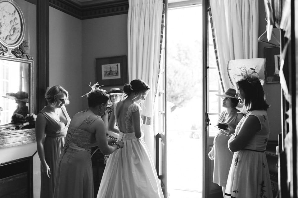 habillage de la mariée au chateau de chavagneux