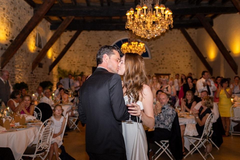 baiser des mariés durant la soirée à la javernière