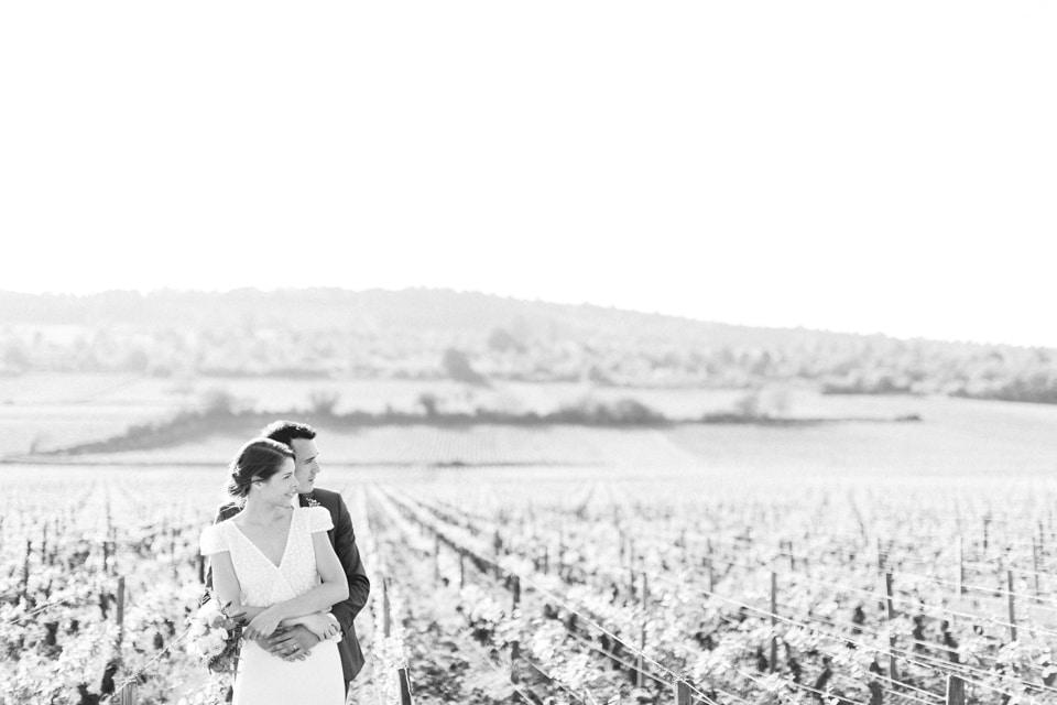photo de mariage en noir et blanc dans les vignes en bourgogne