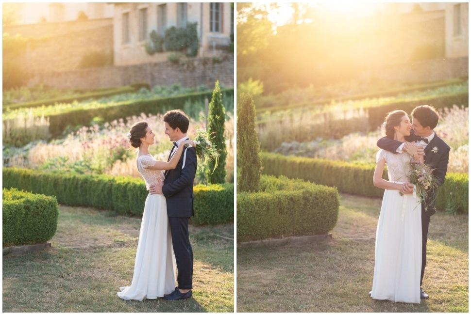 les mariés au coucher du soleil aux jardins de barbirey en bourgogne