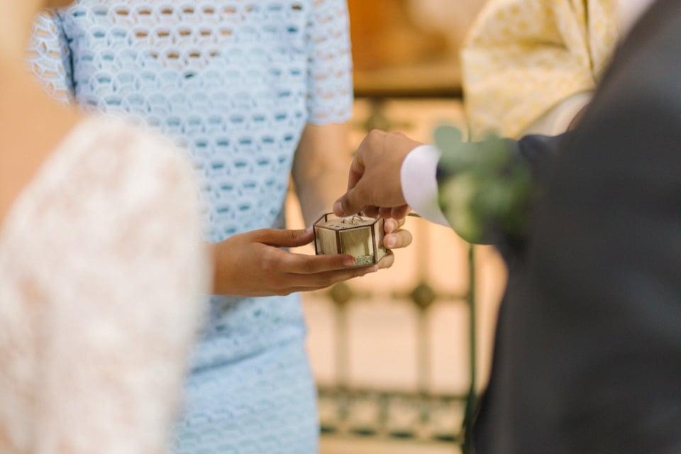 échange des alliances à l'église mariage en isère